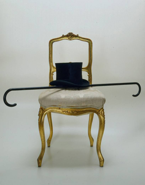 Josip Vaništa: Infinite cane / Homage to Manet, chair, stick, top hat, 0.87×1.12×0.5 m, 1961 (Zagreb, Croatia, Museum of Contemporary Art, MSU 3128); image courtesy of the Museum of Contemporary Art, Zagreb